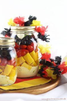 Rezept für die WM-Party: Ein Schwarz-Rot-Gelber Nudelsalat im Glas als ideales Mitbringsel für den Public Viewing Grillabend.