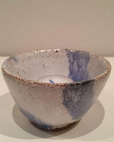 Lille skål - kan bruges til meget - her som lysestage. Copyright by www.anne-mette.com  #skål #copyright #lys #hygge #råhygge #handmade #ceramic #keramik #keramikskål #handmade #madeindenmark #claycraft #pot #bowl #loveart #lyseblåoghvid #glaseret #www.anne-mette.com