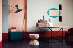 Accent table against accent wall by Studio Pepe
