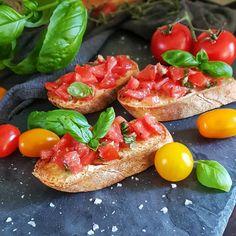 Bruschetta med tomat, hvitløk, basilikum og olivenolje // Bruschetta with tomatoes, garlic, basil and olive oil 🍅#foodartblog #eeeeeats #buzzfeedfood #foodpic #tomatoes #f52grams #huffposttaste #goodeats #basil #matbloggsentralen #matfrafolket #feedfeed #bruschetta #buzzfeast #food52 #instafood #foodster #garlic #godtno #homemade #foodporn #gmn #gmnwenche #lovefood #nrkmat @gmnwenche@thefeedfeed @thechefpit @godtno Buzzfeed Food, Food 52, Creative Food, Bruschetta, Love Food, Tomatoes, Olive Oil, Garlic, Food Porn