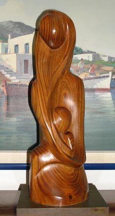 MADRE Y NIÑO, escultura en palo santo, de ALINA MARTÍNEZ PERDOMO