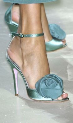 Does anyone know the Designer?,Does anyone know the Designer? More Women's Shoes Whether ballerinas, sneakers, high heel pumps or shoes - beautiful shoes are every woman's favorite. Pretty Shoes, Beautiful Shoes, Beautiful Pictures, Hot Shoes, Shoes Heels, Strap Heels, Shoes Sneakers, Pumps, Stilettos