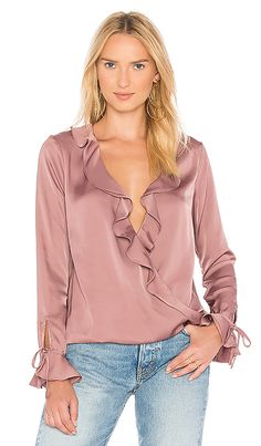 L'Academie The Austen Blouse en malva Blush Satin Blouses, Beautiful Blouses, Feminine Style, Hijab Fashion, Blouse Designs, Clothes For Women, Womens Fashion, How To Wear, Ruffle Sleeve