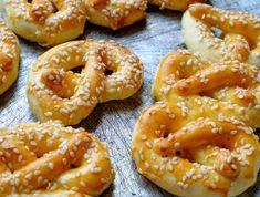 Egy finom Szezámmagos perec (sörkorcsolya) ebédre vagy vacsorára? Szezámmagos perec (sörkorcsolya) Receptek a Mindmegette.hu Recept gyűjteményében! Bread Dough Recipe, Canapes, Onion Rings, Croissant, Winter Food, Party Snacks, Bagel, Food And Drink, Baking