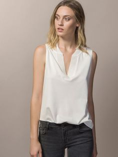 T-SHIRT WITH TRIMMED COLLAR