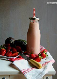 Strawberry, avocado and cheese smoothie. Parfait, Vegetarian Recipes, Healthy Recipes, Healthy Food, Sin Gluten, Hot Sauce Bottles, Chocolate Fondue, Panna Cotta, Avocado