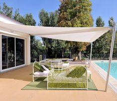 toile tendue entre la facade et des poteaux métalliques côte piscine