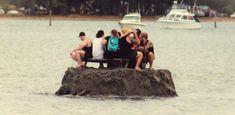 Группа новозеландцев построили крохотный островок, чтобы спокойно пропустить по рюмочке… http://islandlife.ru/news_island/292-gruppa-novozelandcev-postroili-krohotnyj-ostrovok.html #Новая_Зеландия #алкоголь