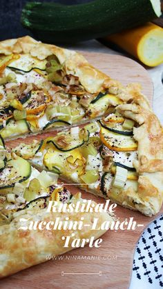 Rustikale Zucchini-Lauch-Tarte A delicious shortcrust pastry topped with zucchini and leek Healthy Muffin Recipes, Clean Eating Recipes, Zucchini Pizzas, Crockpot Recipes, Dinner Crockpot, Food Videos, Easy Meals, Veggies, Food And Drink