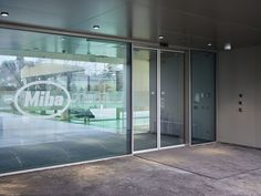 Miba AG, Laakirchen (AUT) Photographer: ©Jung Production Open architecture meets smart access Already at the entrance to the new forum, a transparent and generously designed automatic sliding door system welcomes visitors and employees of the Miba Forum. In addition, the modular sliding door drive ES 200, which stands out with its elegant appearance, offers high-level safety in accordance with DIN 18650 / EN 16005. #ES200 #architecture #design #building #ArchitectureDesign  #TrustedAccess