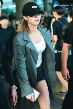 Twice-Jeongyeon 180813 Incheon Airport from LA Suwon, Nayeon, Kpop Girl Groups, Korean Girl Groups, Kpop Girls, Twice Jungyeon, Twice Kpop, Kpop Fashion, Korean Fashion