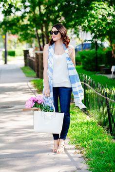 Meia estação - Calça jeans + regata branca básica + echarpe listrado azul + bolsa branca + sandália nude