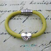 Vaaleankeltainen kierros sydämellä 24.95 € #leatherbracelet #nahkarannekoru #sydän #heart