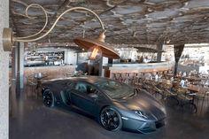 Ультрасовременный автомобиль в центре ресторана
