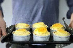 Ostesufflé er en nydelig rett kan vi takke franskmennene for. Den er himmelsk luftig og kan imponere enhver middagsgjest. Her får du oppskriften! Sushi, Muffin, Breakfast, Food, Kitchens, Morning Coffee, Essen, Muffins, Meals