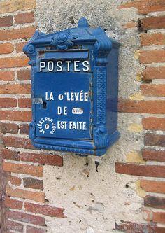 Boîte à lettres datant de 1900. La Chapelle d'Angillon, France.