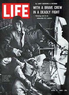 El 16 de abril de 1965 la revista Life publica una foto en blanco y negro de soldados estadounidenses en pleno combate de la Guerra del Vietnam.