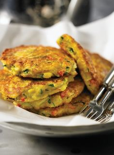 Corn, Zucchini and Basil Fritters Clean Eating, Healthy Eating, Healthy Food, Vegetarian Recipes, Healthy Recipes, Dinner Is Served, Savoury Dishes, Main Dishes, Side Dishes