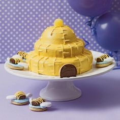 How to make a Sweet Beehive Cake and, a Bee hive cake. Also How to throw a Bumblebee Party and Buzz-worthy Bee Cupcakes and hive. Beautiful Cakes, Amazing Cakes, Bee Hive Cake, Dessert Cake Recipes, Desserts, Bee Cookies, Spring Cake, Bee Party, Round Cakes