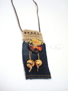 Colgante de crochet con tela vaquera y botón pintado a mano. http://calpearts.blogspot.com.es/p/colgantes.html