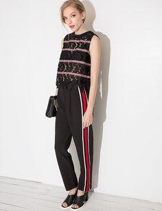 Le pantalon à rayures rouges sur le côté, un peu style survêt, tendance cette automne hiver☕