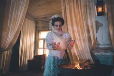 'A Noiva', na trama, Uma jovem mulher que viaja com seu futuro marido para a..