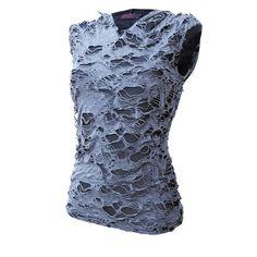 Shirt sans manches avec capuche style lacéré. En coton gris avec une sous couche en noire. $35.00