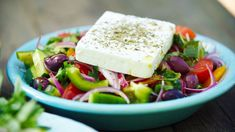 Gresk salat Vegetarian Eggs, Frisk, Tzatziki, Eating Well, Feta, Salads, Curry, Veggies, Cheese