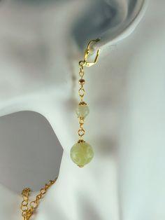 Boucles d'oreilles pierre jade (pierre fine naturelle) vert pale dépoli et gravé, détails dorés