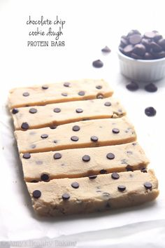 Clean-Eating Chocolate Chip Cookie Dough Protein Bars - / 1 bar of recipe) *.- they taste just like cookie dough snuck straight from the bowl! Only 88 calories & almost of protein! Protein Snacks, Paleo Protein Bars, Healthy Snack Bars, Protein Bar Recipes, Healthy Sweets, Healthy Baking, Soy Protein, Protein Bites, Healthy Foods