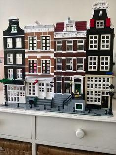 Lego Amsterdam Canal house, building in progress. Lego Modular, Vintage Lego, Casa Lego, Fairy Door Accessories, Box Container, Amsterdam Houses, Lego Building, House Building, Lego Construction