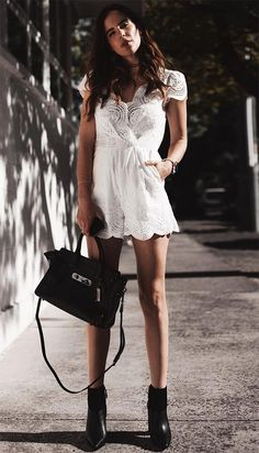 Street style look com macaquinho branco.