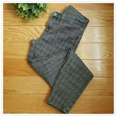 """J. Brand Houndstooth Capri Jeans Fun skinny jeans with an all over Houndstooth print. Cropped style. These have a touch of stretch for comfort but will hold their shape throughout the day. 98% cotton 2% lycra. Inseam 24"""" waist 13"""" . In excellent pre-loved condition. Jeans Skinny"""