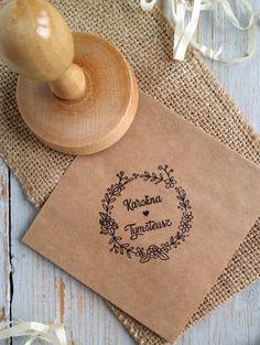 Sello de la boda es una gran idea para dar un carácter invitaciones o sobre individual. También puede utilizarlo con regalos para los clientes u otras decoraciones de la boda. Después de la boda es...
