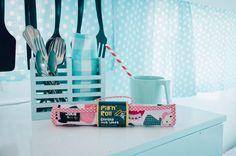 Pizarra portatil enrollable , ideal para dejar volar la imaginación en cualquier lugar o situación. ¿qué tal mientras desayunamos? #julieandjane #pizarra #chalkboard #deviaje #niños#kids #juguete #toys #creaborrayvuelveaempezar #juguetedidactico #princesas