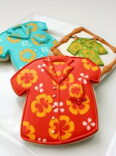 Hawaiian Shirt Cookies from Sweet Sugarbelle. Hawaiian Cookies, Luau Cookies, Summer Cookies, Fancy Cookies, Iced Cookies, Royal Icing Cookies, Cookies Et Biscuits, Cupcake Cookies, Onesie Cookies
