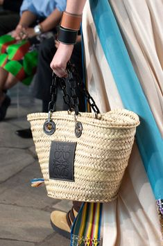 Loewe at Paris Fashion Week Spring 2019 - Details Runway Photos Beach Accessories, Knitted Bags, Spring Summer 2015, Summer Girls, My Bags, Straw Bag, Handbags, My Style, Womens Fashion