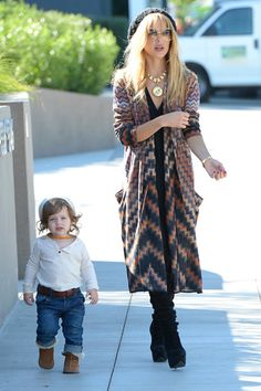 Super cute! Rachel Zoe and baby Skylar. Love love love.