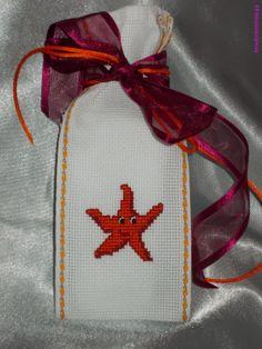 Sachet Lavande - Etoile de Mer rigolote. Broderie mains. - point de croix - cross stitch - broderie - embroidery -. Blog : http://broderiemimie44.canalblog.com/