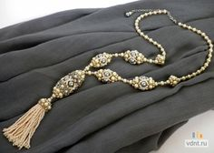Collane di perle e perline con le mani