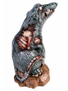 Lauernde Zombie-Ratte Halloween Dekofigur grau 20cm. Aus der Kategorie Halloween Partydeko / Halloween Tiere & Insekten. Falls Sie sich fragen, wo der Zoohändler eigentlich geblieben ist und warum sich diese Zomie-Ratte zufrieden den Bauch reibt, dann müssen Sie sich nur einmal die Zähne der Horror-Ratte anschauen. Auch der Umstand, dass diese schaurige Deko-Figur trotz schwerster Wunden immer noch relativ stabil auf den Hinterbeinen steht, sollten Ihnen zu denken geben...