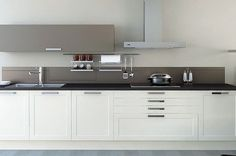 Klassieke keuken in rechte opstelling met taupe bovenkast en achterwand.
