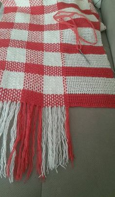 Plaid afghan made by crocheting and weaving.Crochet base, weave in holes to make the plaid.This Pin was discovered by HülCreating plaid in a knit Crochet Afghans, Crochet Motifs, Tunisian Crochet, Crochet Stitches, Plaid Crochet, Crochet Home, Diy Crochet, Crochet Baby, Crochet Christmas Blanket