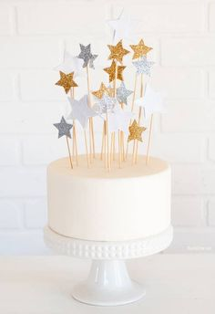 DIY Star Cake Toppers - Rachel Hollis DIY Star Cake Toppers are gorgeous and easy to make! Perfect for Magic, Space, Fairy, or Glitter Themed Birthday parties! Diy Wedding Cake Topper, Diy Cake Topper, Wedding Cake Decorations, Wedding Cakes, Fondant Toppers, Cupcake Toppers, Cake Au Chocolat Fondant, Rachel Hollis, Halloween Torte