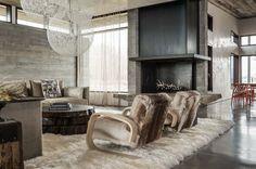 Gezellige woonkamer met open haard en tapijt. Bekijk dit project op: http://www.interieurdesigner.be/blog/detail/imposante-woning-in-beton-en-ruwe-materialen