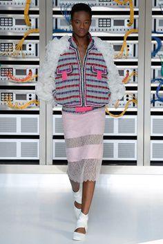 Chanel Paris Fashion Week Frühjahr-/Sommermode 2017 - Chanel Paris - Ideas of Chanel Paris - Chanel Paris Fashion Week Frühjahr-/Sommermode 2017 VOGUE Vogue Fashion, Fashion Week, Fashion 2017, 90s Fashion, Runway Fashion, High Fashion, Fashion Show, Paris Fashion, Cara Delevingne