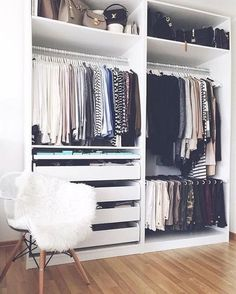Mis ropas están quedando en el armario gigante porque tengo muchas ropas.