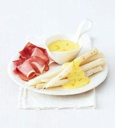 Da Schwarzwurzeln nicht nur in Form und Geschmack dem Spargel ähneln, gibt's zum Winterspargel auch Sauce Hollandaise.