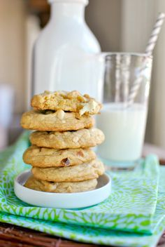 This Scratch White Chocolate Chunk Macadamia Nut Cookies Simply Scratch is a good for your Lunch made with awesome ingredients! White Chocolate Recipes, White Chocolate Macadamia, Biscuit Cookies, Chip Cookies, Macadamia Nut Cookies, Buttery Cookies, Cookie Desserts, Sweet Tooth, Sweet Treats