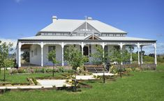 aussie style small home with veranda - Yahoo Search Results Cottage Exterior, Dream House Exterior, Weatherboard House, Queenslander, Art Blue, Australia House, Melbourne, Australian Architecture, Tropical Architecture